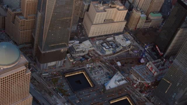 vidéos et rushes de aerial view of the 9/11 memorial and new york city surroundings - mémorial