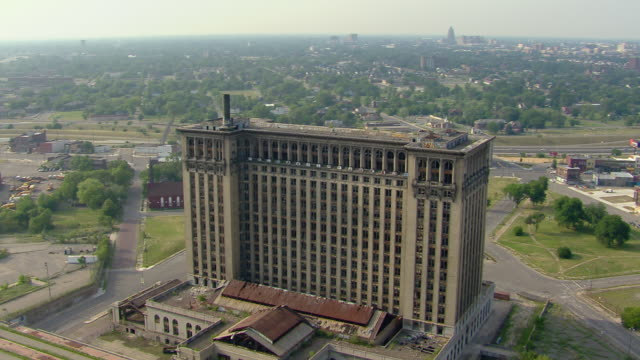 vidéos et rushes de aerial view of the abandoned michigan central station, detroit's old train depot, closed since 1988. - détroit michigan