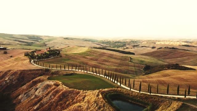 vídeos de stock e filmes b-roll de aerial view of the arid tuscany hills - cultura mediterrânica