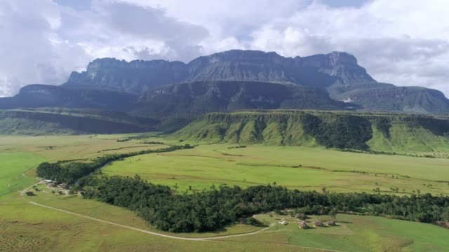 stockvideo's en b-roll-footage met luchtfoto van de auyan tepui top tafelberg. la gran sabana venezuela. - table top view