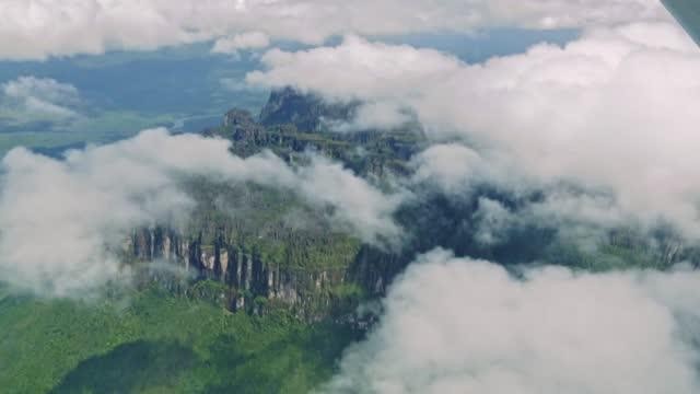 vidéos et rushes de vue aérienne de la montagne de table de tepui d'auyan, venezuela. - table top view