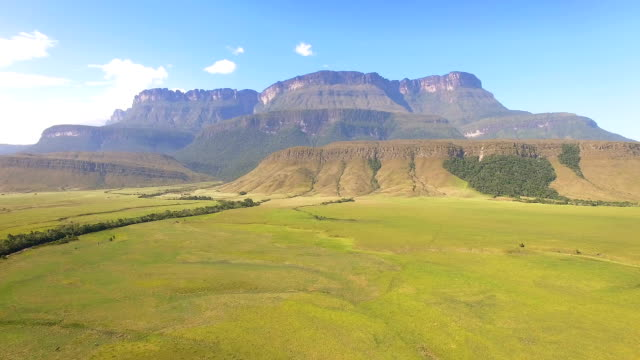stockvideo's en b-roll-footage met luchtfoto van de auyan tepui top tafelberg, venezuela. - table top view
