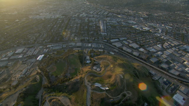vídeos de stock e filmes b-roll de aerial view of the baldwin hills, tilting up to a vast cityscape of los angeles. - culver city