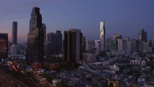 バンコクのチャオプラヤー川に超高層ビルとバンコクのランドマーク金融ビジネス地区の空中ビュー - クワッドコプター点の映像素材/bロール
