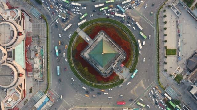 flygfoto över klocktornet i xi'an vid solnedgången i kina - pagod bildbanksvideor och videomaterial från bakom kulisserna