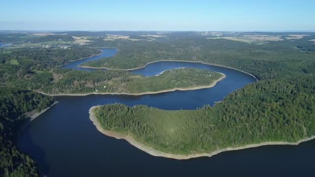 stockvideo's en b-roll-footage met aerial view of the bleiloch reservoir (bleilochtalsperre) of the saale river. saale, saale river, saale-orla-kreis, bleilochtalsperre, bleiloch reservoir, thuringia, germany. - stuwmeer