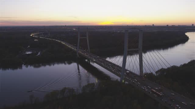 夜の橋の空中写真。秋のヴィスワ川と遠くのワルシャワのスカイライン - ジャスパー国立公園点の映像素材/bロール
