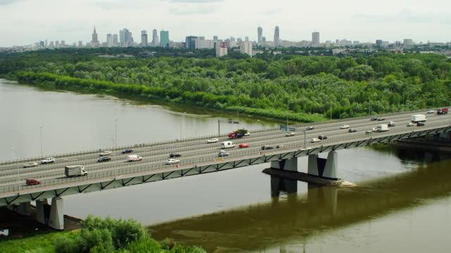 橋の空中写真。ヴィスワ川と遠くのワルシャワのスカイライン - ジャスパー国立公園点の映像素材/bロール