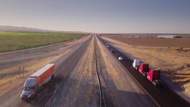 vídeos de stock, filmes e b-roll de vista aérea de 4k do aqueduto no vale central da califórnia - fresno