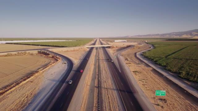 4K Flygfoto över California akvedukten i Central Valley