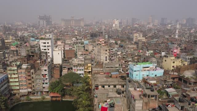 aerial view of the capital city dhaka, bangladesh on january 26, 2020. every day, some 2,000 people settle in the bangladeshi capital. since... - non urban scene bildbanksvideor och videomaterial från bakom kulisserna