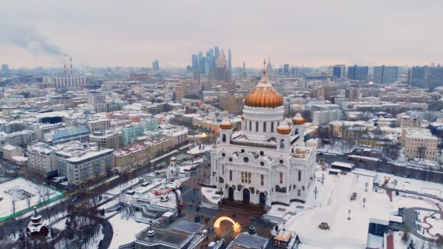 vídeos de stock e filmes b-roll de aerial view of the cathedral of christ the saviour, moscow - moscovo