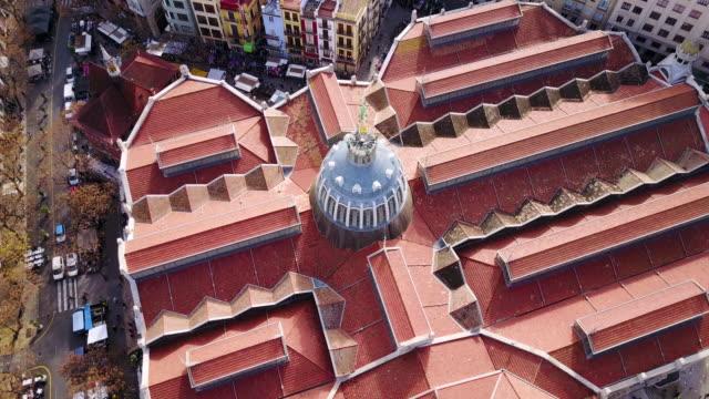 vidéos et rushes de aerial view of the central market of valencia and la lonja de la seda - seda