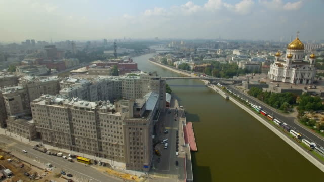 vídeos de stock, filmes e b-roll de aerial view of the christ the saviour cathedral ,along moscow river - moscou