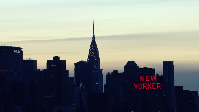 aerial view of the chrysler building in manhattan, new york city at dawn. - turmspitze stock-videos und b-roll-filmmaterial