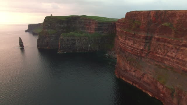 aerial view of the cliffs of moher at sunset. ireland. - cliff点の映像素材/bロール