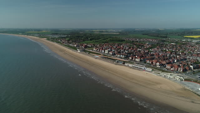 aerial view of the coast line at bridlington beach - bridlington stock-videos und b-roll-filmmaterial