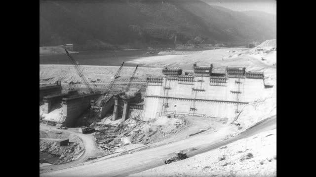 vidéos et rushes de aerial view of the columbia river bordering the united states and canada / aerial of dam project under construction / digger scraping through rubble... - pelleteuse