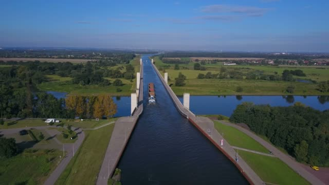 aerial view of the crossing of mittelland channel and elbe river near magdeburg, saxony-anhalt, germany - brücke stock-videos und b-roll-filmmaterial