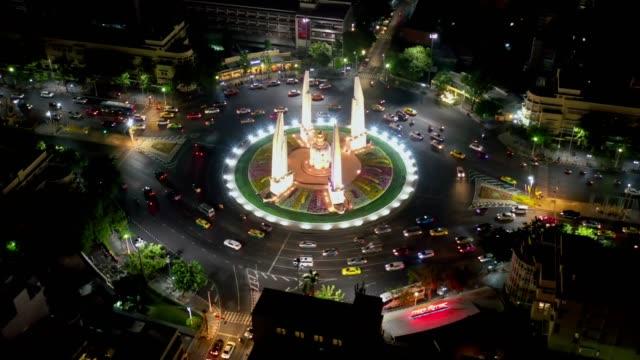 luftaufnahme des demokratiedenkmals ein öffentliches denkmal im zentrum von bangkok, der hauptstadt von thailand. es nimmt einen kreisverkehr auf der breiten ost-west ratchadamnoen avenue - demokratie stock-videos und b-roll-filmmaterial