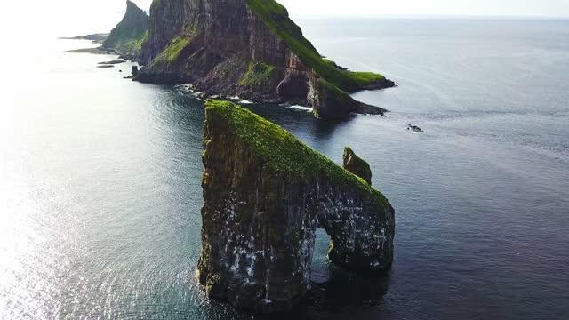vidéos et rushes de vue aérienne de la roche dranganir aux îles féroé - rivage