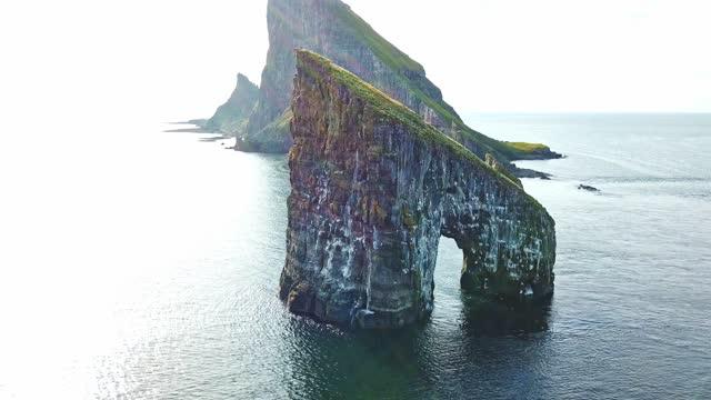 vídeos de stock, filmes e b-roll de vista aérea da rocha dranganir nas ilhas faroé - paredão rochoso