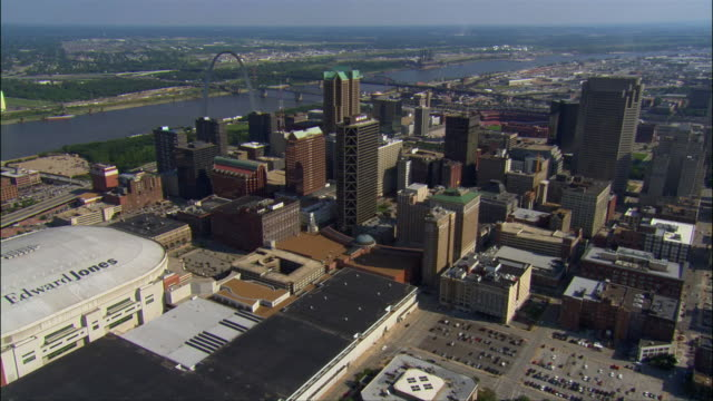 aerial view of the edward jones dome and the downtown area with the gateway arch and mississippi river n background  / zoom in zoom out gateway arch / st. louis, missouri - ミズーリ州 セントルイス点の映像素材/bロール