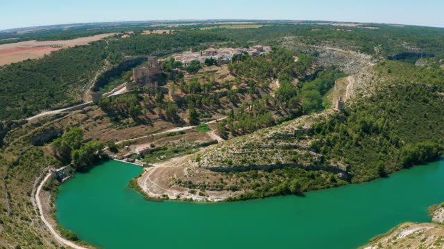 stockvideo's en b-roll-footage met luchtfoto van het fantastische dorp alarcón - spanje. 4k - canal de la mancha