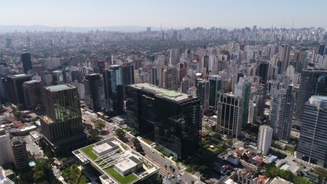 vídeos de stock, filmes e b-roll de vista aérea do centro financeiro do bairro faria lima em são paulo - avenida