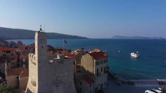 aerial view of the fishing village komiza on vis island in croatia. - 地中海点の映像素材/bロール