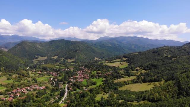 vídeos y material grabado en eventos de stock de vista aérea del bosque y el paisaje de montaña en serbia - bosque verde en los meses de verano - multicóptero