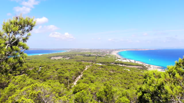 vídeos de stock, filmes e b-roll de aerial view of the formentera island with paradise beach in the mediterranean sea. toma aérea de la isla de formentera con playas paradisiacas. - perspectiva espacial