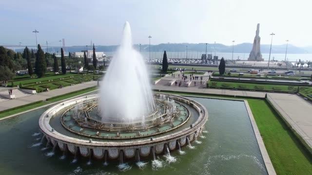 vídeos y material grabado en eventos de stock de vista aérea de la fuente situada en empire square en belem, lisboa - fuente estructura creada por el hombre
