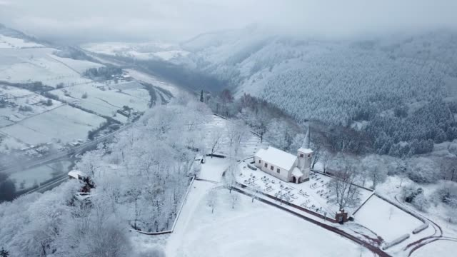 vídeos de stock, filmes e b-roll de aerial view of the funerary chapel for john of luxembourg and old church st. johannes in winter, kastel-staadt, saar valley, rhineland-palatinate, germany - renânia palatinado