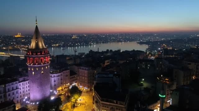 luftaufnahme des galata-turms in istanbul - galataturm stock-videos und b-roll-filmmaterial