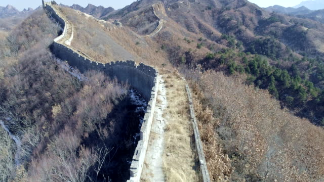 aerial view of the great wall - chinesische mauer stock-videos und b-roll-filmmaterial