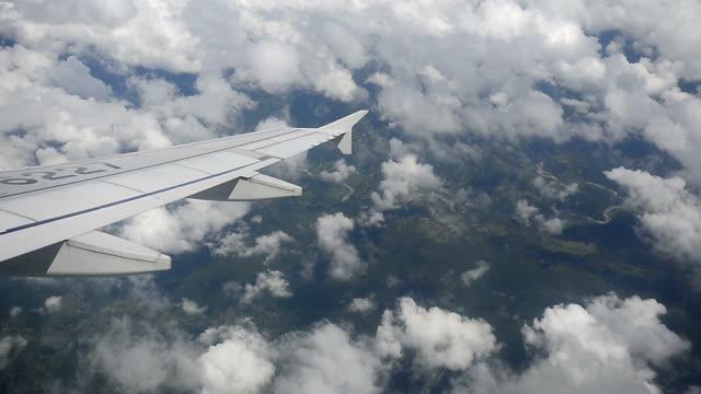 Luftaufnahme des Himalaya-Gebirges aus dem Flugzeugfenster