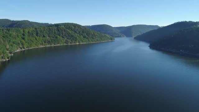 stockvideo's en b-roll-footage met aerial view of the hohenwarte reservoir of the saale river. saale-orla-kreis, saale, saale river, hohenwarte, hohenwarte reservoir, thuringia, germany. - stuwmeer