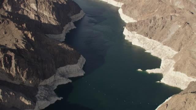 vídeos de stock, filmes e b-roll de aerial view of the hoover dam, colorado river and mountains - represa hoover