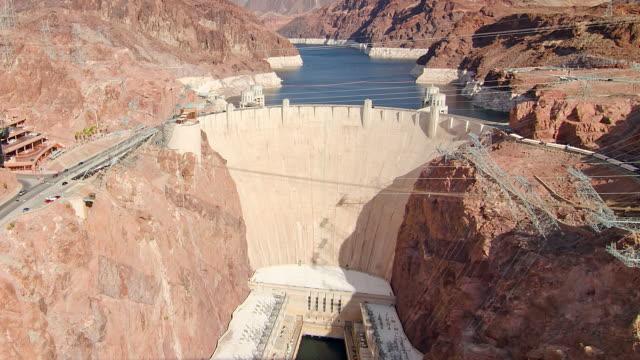 vídeos de stock, filmes e b-roll de ws t/l zi ha aerial view of the hoover dam - represa hoover