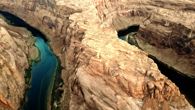 aerial view of the horse shoe bend in page arizona - ferro di cavallo accessorio per animali video stock e b–roll