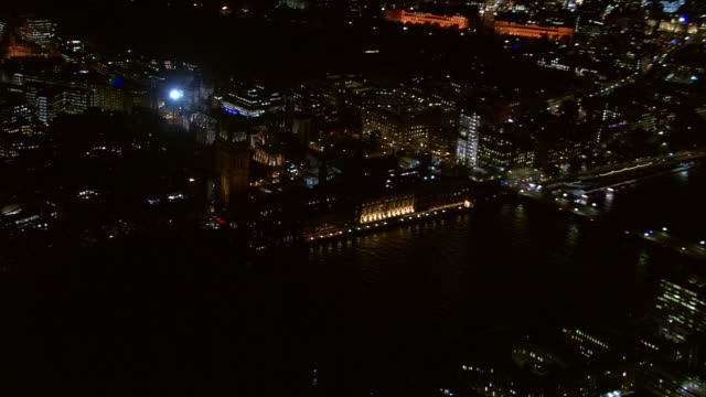 aerial view of the houses of parliament at night - ウェストミンスター宮殿点の映像素材/bロール