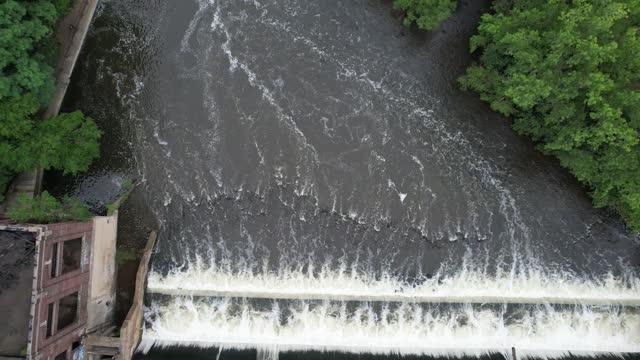 vidéos et rushes de vue aérienne de la rivière huron et du barrage de papier peninsular à ypsilanti, michigan vidéo 4k - ypsilanti