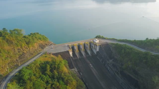 aerial view of the hydroelectric power station at cheow lan lake or rajjaprabha dam reservoir in surat thani province - diga video stock e b–roll