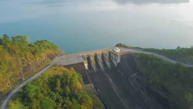 flygfoto över vattenkraftverket i cheow lan sjön eller rajjaprabha dam reservoir i surat thani provinsen - damm människotillverkad konstruktion bildbanksvideor och videomaterial från bakom kulisserna