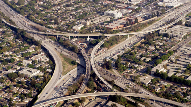 aerial view of the i405 and i10 junction (one of the original spaghetti junctions), then eastbound along i10, red r3d 4k, 4k, 4kmstr - autostrada interstatale americana video stock e b–roll