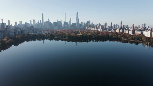 aerial view of the jacqueline kennedy onassis reservoir in central park - copy space stock videos & royalty-free footage