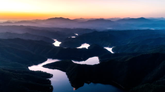 vídeos de stock e filmes b-roll de aerial view of the jing river - time lapse - natureza