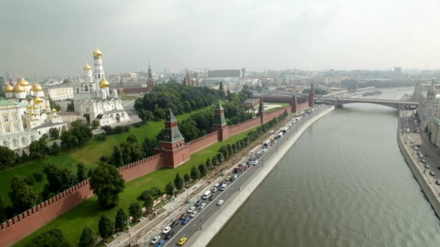 vidéos et rushes de aerial view of the kremlin, dormition cathedral, red square, borovitskaya tower, vodovzvodnaya tower, eleninskaya tower, spasskaya tower, oruzheynaya tower, alexander garden  - ferry