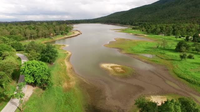 空からの湖の眺め - 国有林点の映像素材/bロール